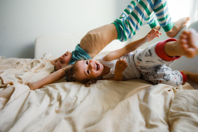 Kinder toben im Bett