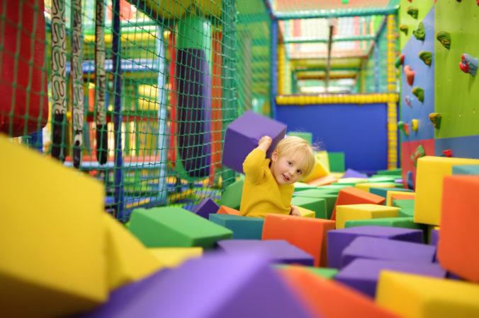 Kind im Indoor Spielplatz