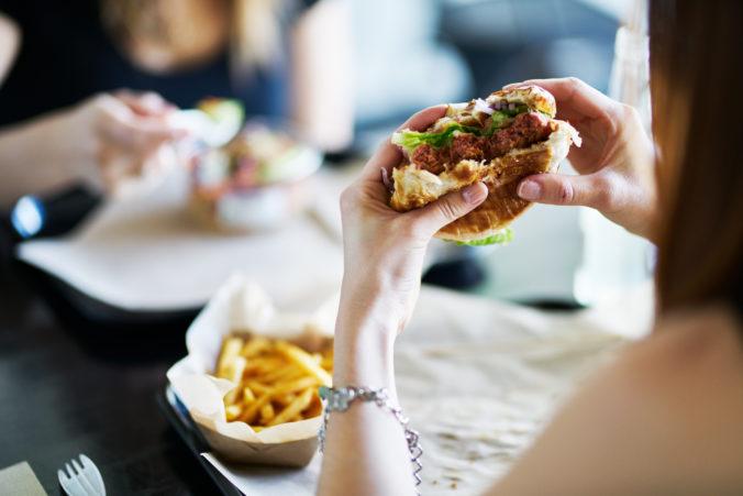Frau isst burger