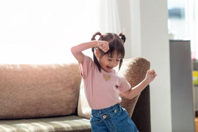 Kleines Kind tanzt