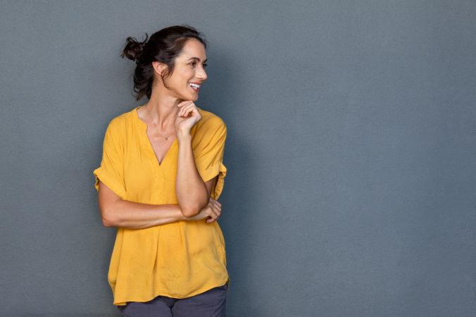 Frau mit gelber Bluse