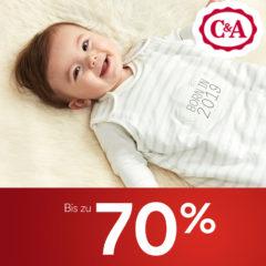 Lachendes Baby im Schlafsack
