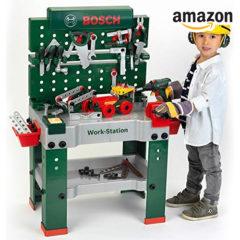 Junge spielt mit Spielzeugwerkbank