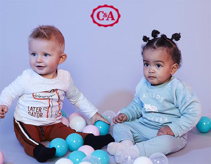 Zwei Babies spielen mit Bällen