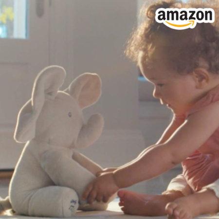 Baby spielt mit Elefantenpuppe