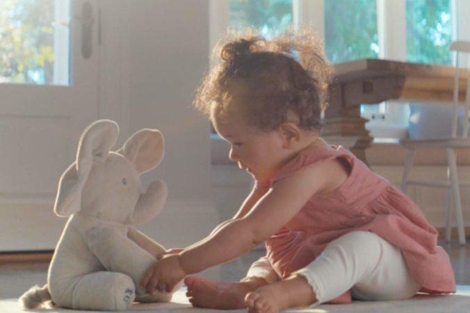 Kind spielt mit Plüschelefant Flappy