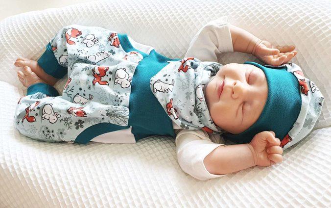 schlafendes Baby in handgefertigter Kleidung