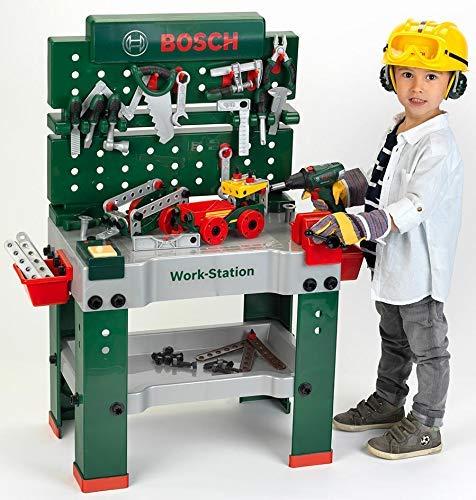 Junge spielt mit Werkbank