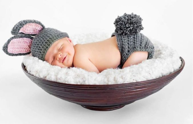 Baby in Hasenkostüm