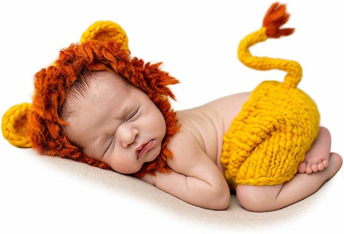 Baby in Löwenkostüm