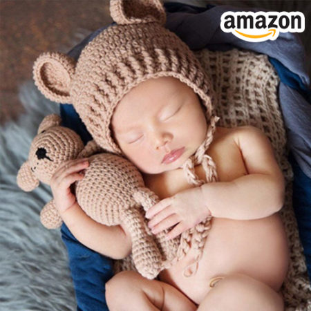 Baby mit Mütze und Bär
