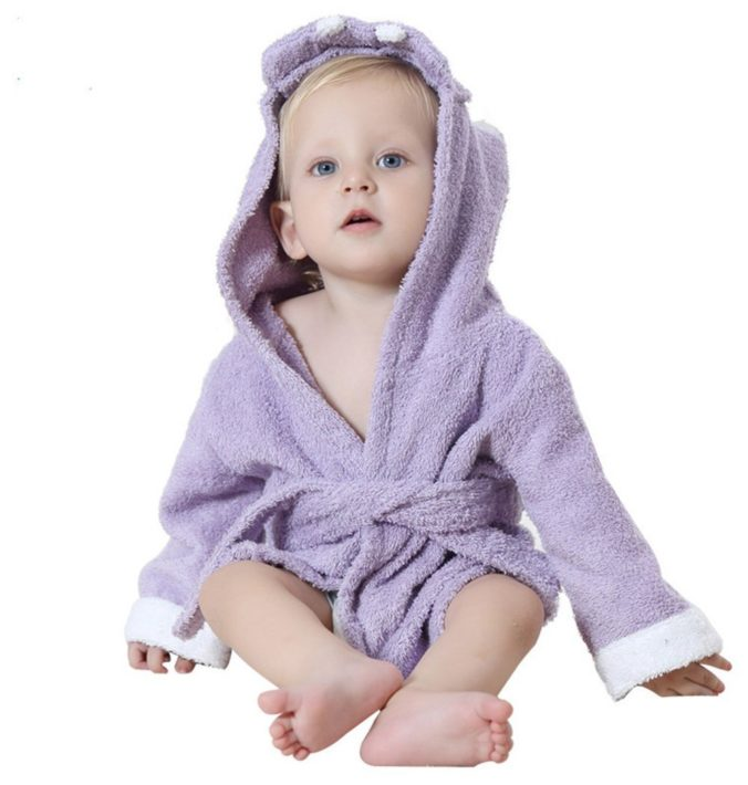 Baby in Nilpferd Bademantel