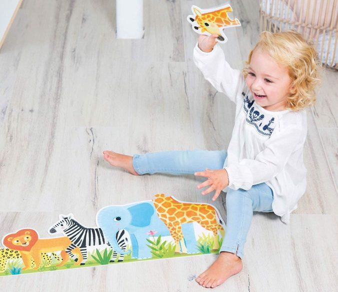 Kind spielt mit Puzzle
