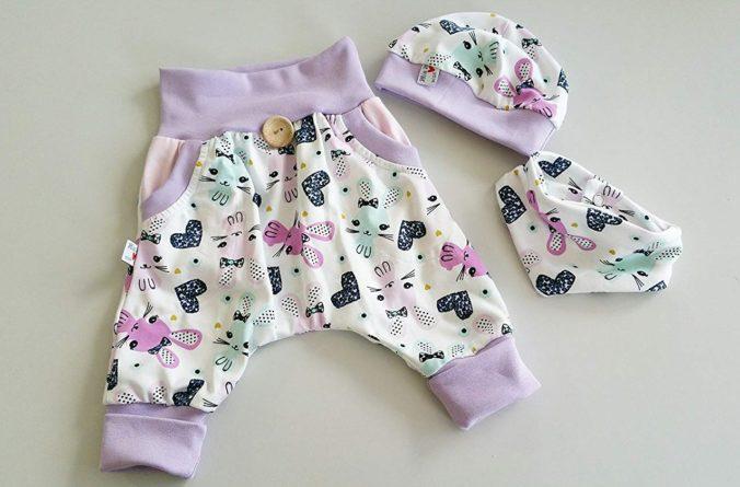 Hose, Mütze und Tuch mit Häschen-Motiv für Babies