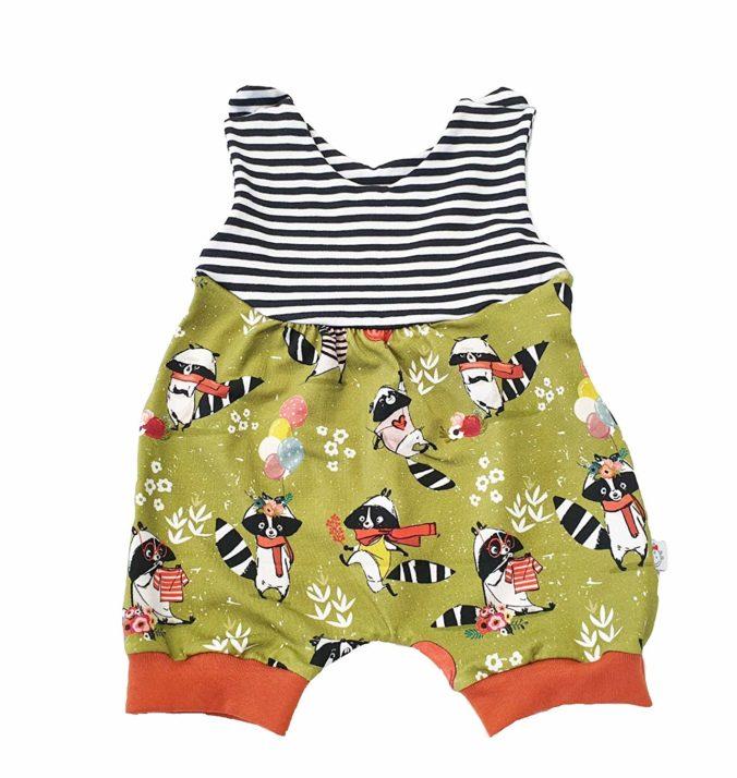 Sommerstrampler Baby mit Waschbär-Motiv