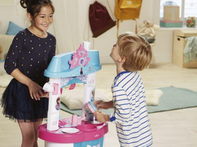 Kinder spielen mit Frozen Spielküche
