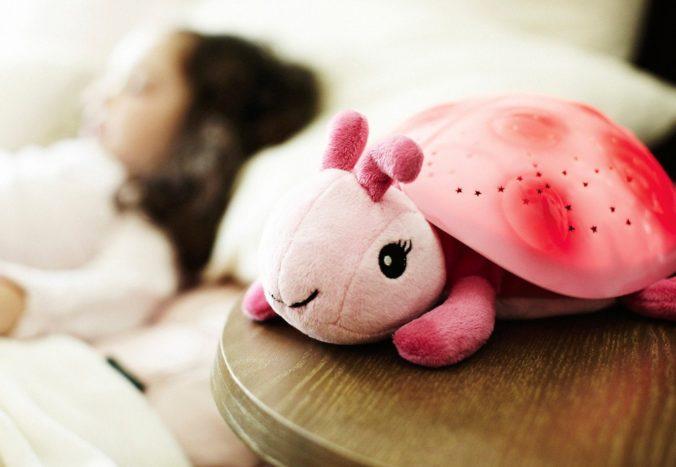 Kind mit Nachtlicht-Marienkäfer von Cloudb