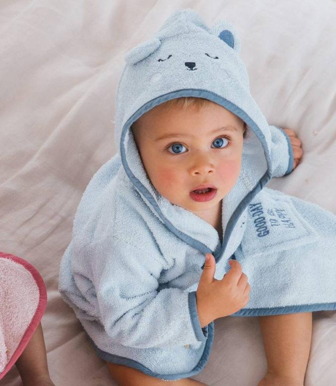 Kind im Bärenbademantel