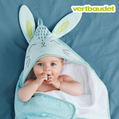 Baby in Kapuzenhandtuch mit Hasenohren