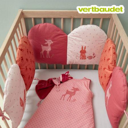 rosa Bettumrandung mit Tiermotiven für Kinderbetten
