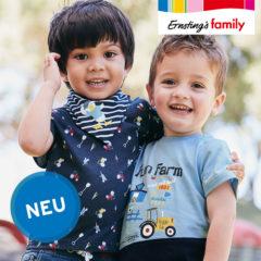Zwei Jungen mit blauen T-Shirts mit Traktor-Print