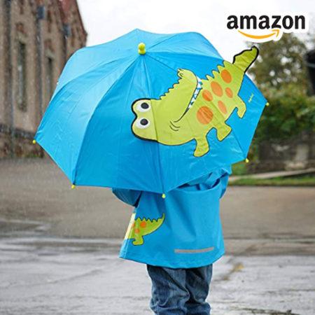 Junge mit 3D-Krokodil-Regenschirm