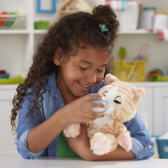 Mädchen mit Hasbro Plüschkatze Cara