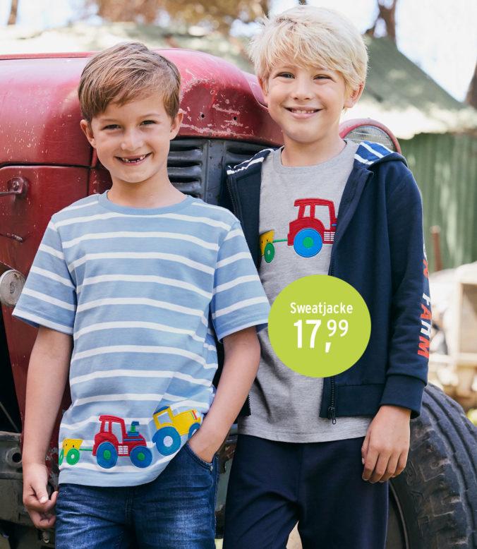 Jungen mit Traktormotiven auf Kleidung