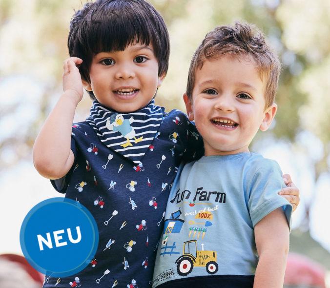 Zwei Jungen mit Traktor-T-Shirts