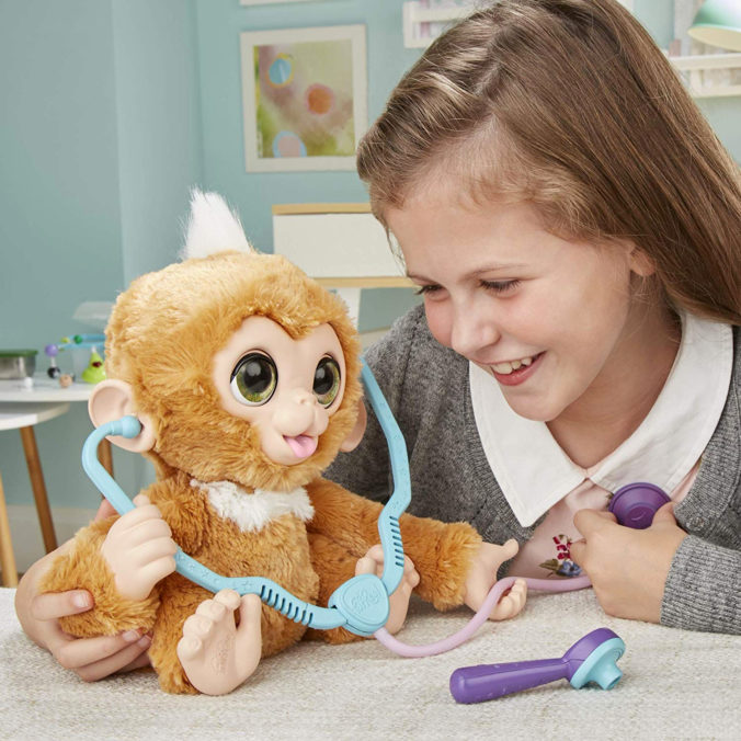 Mädchen spielt mit Hasbro FurReal Äffchen
