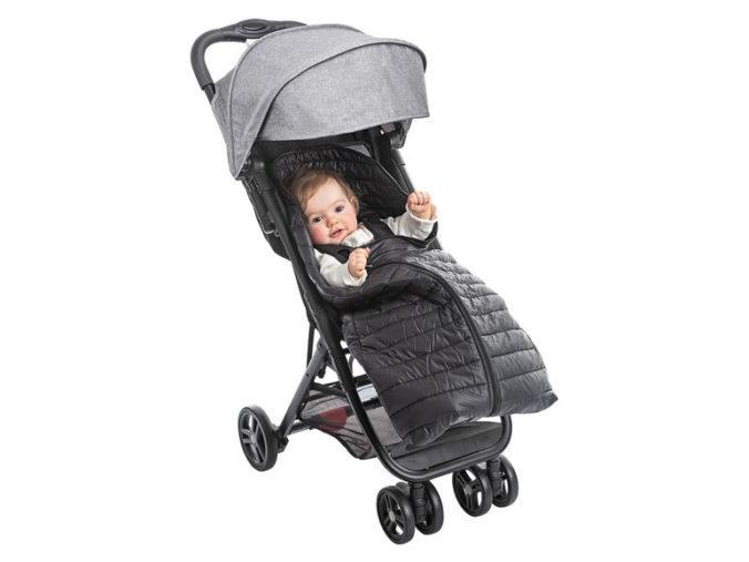 Kind mit Fußsack im Kinderwagen
