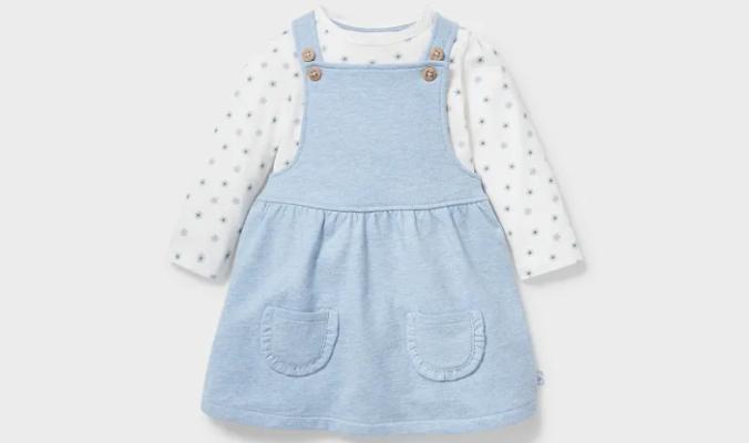süße Baby-Outfit mit Trägerkleid und geblümtem Langarmshirt