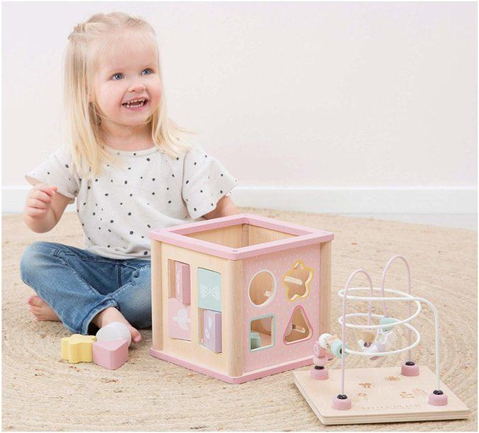 Kind spiel mit Holzspielzeug Würfel