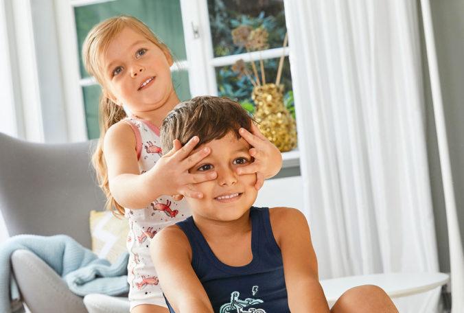 Junge und Mädchen spielen