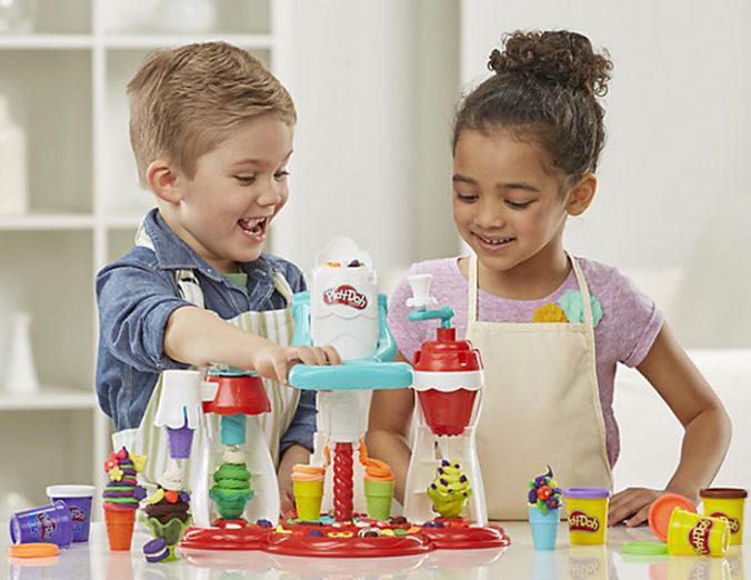 Kinder spielen mit Knete