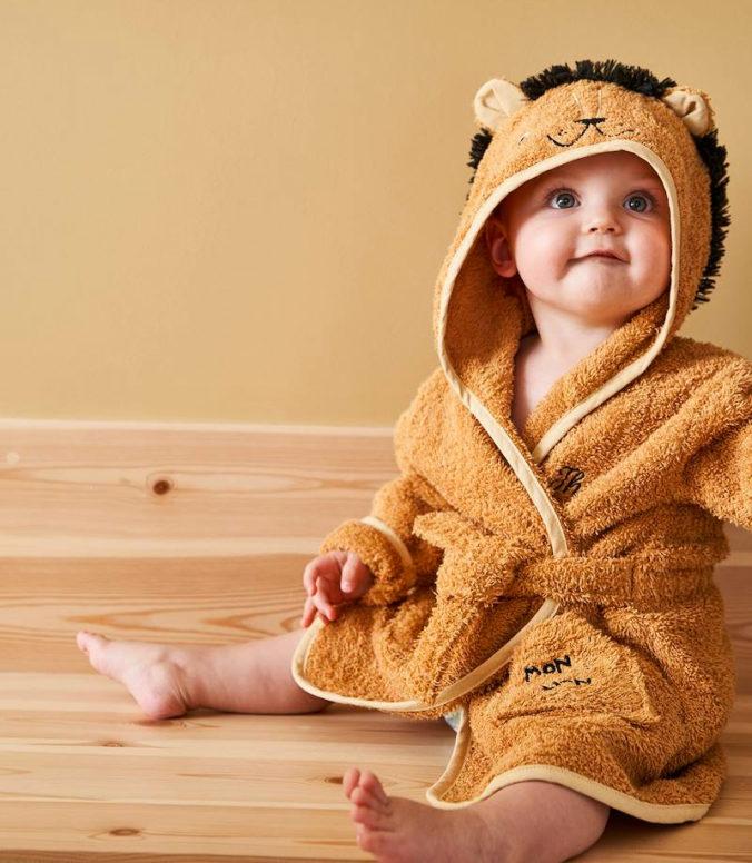Baby mit Löwenbademantel