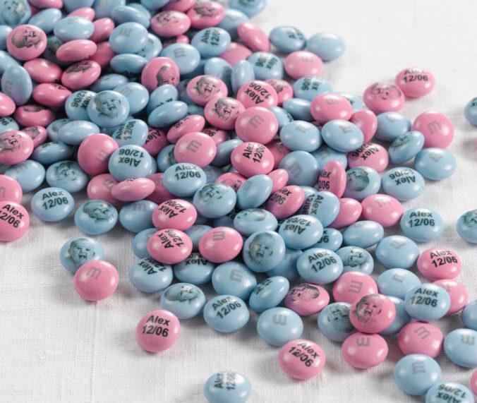personalisierte M&Ms in blau und rosa