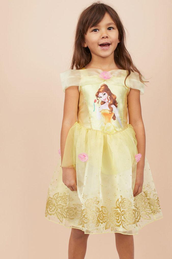Mädchen in Prinzessinnenkostüm