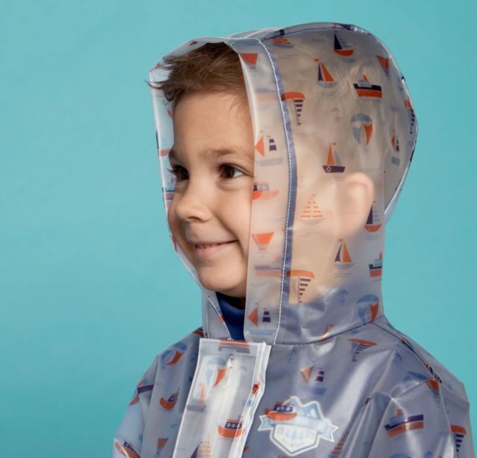 Junge mit Regenjacke