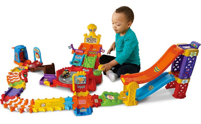 Kind spielt mit Tut Tut Rennpiste