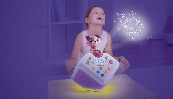 Kind spielt mit V-Story Hörspielbox