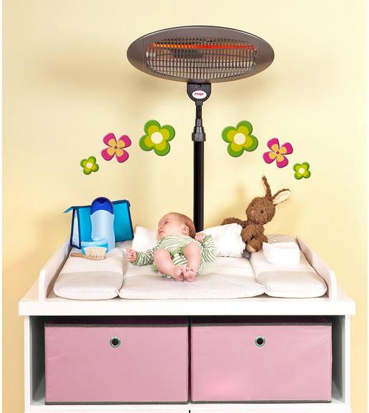 Baby liegt auf Wickeltisch unter Heizstrahler