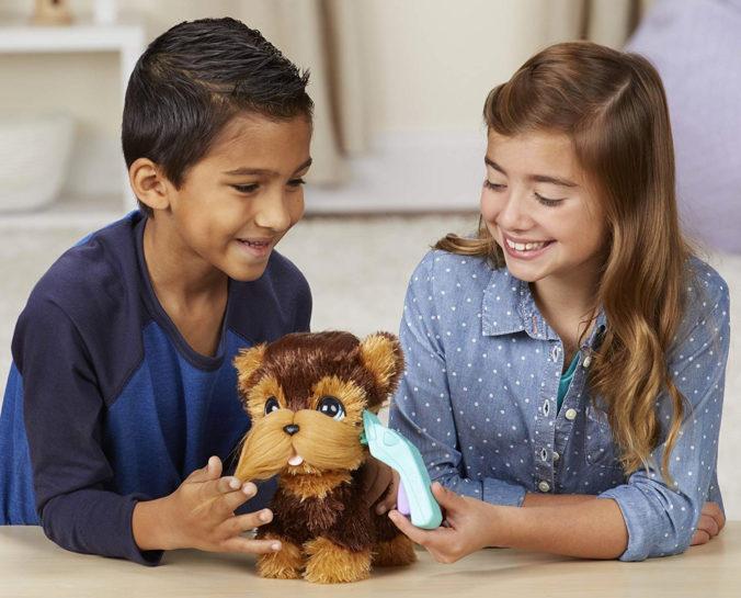 Junge und Mädchen spielen mit Hasbro FurReal Plüschhund
