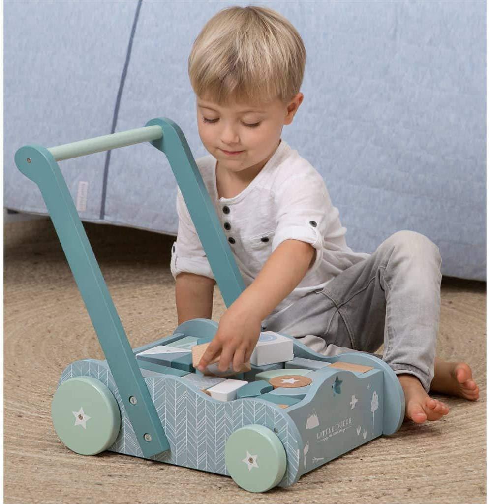 Kind spiel mit Holzspielzeug