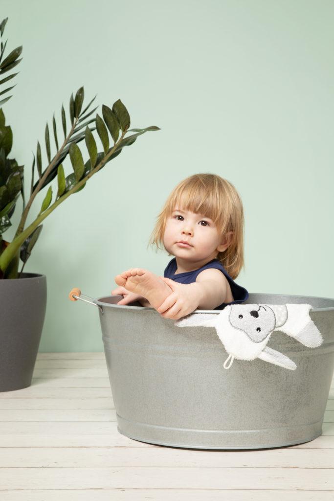 Baby sitzt in Wanne