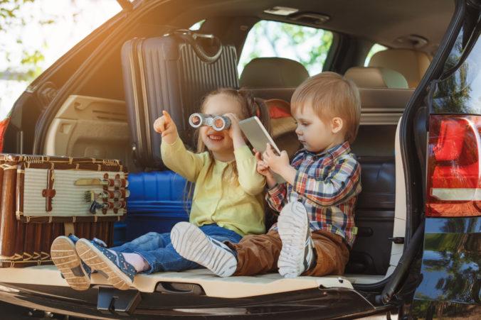 Kinder sitzen im Kofferraum