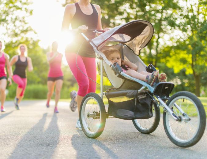 Frau joggt mit Kinderwagen