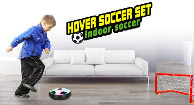 Junge spielt mit Air Football