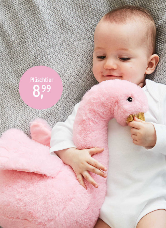 Baby mit Flamingo-Kuscheltier