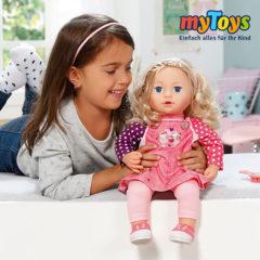 Mädchen spielt mit Baby Born Puppe